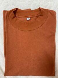 ユニクロでこの色のTシャツを買ったんですが、これは何色ですか?またズボンはどういうのをはいたら良いですかね?