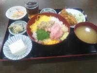 みなさんお昼ご飯は何でした?…僕は「二色丼と唐揚げ定食」680円でした 美味しかったです♥。