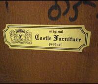 アンティーク家具に貼られているシールについて教えてください。 Castle Furnitureというステッカーが貼られていて横のロゴの中に1920と書かれてます。 創業1920年ということですか? それとも製作1920年というこ...