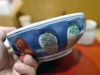 焼き鳥丼で有名な伊勢廣のどんぶり。 これ何焼きか分かる方いますか?  有田焼なんでしょうか。似たどんぶりが欲しいな。。