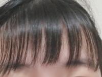 美容室で前髪を失敗(?)されました。 元々の前髪から量を少なくして眉毛と目の真ん中くらいまで切ってくださいとお願いしました。 量を減らしてくださったのはいいのですが、長さが眉毛くらい(ギリギリオン眉ではない)で、雑に空かれすぎて、酷い状態です。 どうしたらいいのでしょうか。 1620円のところでカットしました。
