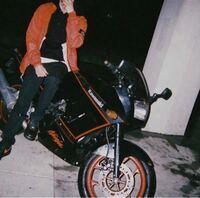 バイクの詳しい方に質問です。このバイクなんていうバイクですか?教えてください!