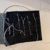 JUKIの職業用ミシンを使っているのですが、糸調子が合わず困っています。 表面はある程度普通の縫い目なのですが、裏面が写真のように縫い目に間隔が空いてしまっています。 下糸の糸調子はちゃんと取れていると...
