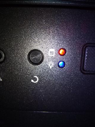 パソコンに関して質問です 上の赤いランプが点滅してます これはな Yahoo 知恵袋
