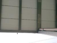 ベランダの掃除方法について 朝になるとベランダの下のウッドデッキに水溜まりがあります。屋根の役目を果たしていないのか、もしかしたら雨樋が詰まっているかも知れませんが、ベランダの端部分から真下に雨が落...