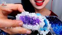 このお菓子がなんだか分かる人はいませんか?? ホンシという韓国人のasmrをしてるYouTuberの方の動画に出てくるものです。 チョコレートの味がするそうです。 「ギャラクシー原石」や「オリオン星雲から来た宝石原...