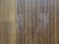 賃貸です。 ガムテープが床にくっついてこんな風になってしまいました。 (ToT)  これは床のワックスが剥がれたのでしょうか? ウエットティッシュで拭いてコットンで乾拭きしたのですが…  これ以上どうにもなりませんか?