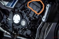 エンジンのシリンダーヘッドについての質問です。 写真の橙色の線に囲ったガスケットの部分の半円状の穴はなんのためにあるのでしょうか? 「製造過程でやむを得ず開けた」みたいな理由が知りたいのですが調べて...