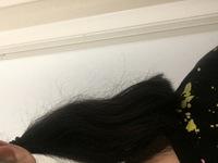 髪の毛の表面が画像のようにチリチリしていて、先の細くなった毛ばかりです。髪の毛の量はとても多く、湿度の高い日は広がって困ります。縮毛矯正で改善されますか?また、どうしたら治りますか? 回答よろしくお願いいたします