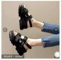 ユニバにこういうサンダルで行こうと思ってるのですが、  大丈夫ですかね?  いちようサンダルはOKって聞いたんですけど、  サンダル履いてる人見てどう思いますか?