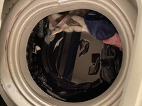 洗濯機に関する質問です。 2日前ほど洗濯した後洗濯物がかなり濡れていて脱水があまりされていない状態でした。 翌日回すとこのように水が溜まり、洗濯ができない状態です。 排水溝などはま だ引っ越して二ヶ...