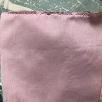 ミシンの裁ち目かがりがうまくできません  生地 シーチング 針 11 糸 シャッペスパン60 端処理用の押さえ使用  きちんと押さえながら縫ってもミシンの糸やボビンを通し直しても何度やっ てもこのように縫...