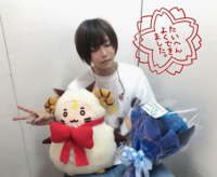 こちらの天月さんの画像(2019年の大阪城ホールでライブした時のものです)の花束は誰からもらったものかわかる方いらっしゃいませんか…? 名前が蓮○に見えるのですがこういう名前の方の歌い手さんなど心当たりがな...