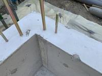 マイホーム建築中です。 建築中の一戸建ての基礎工事後 足場組が終わりました。 足場の材料を基礎に立て掛けており あちらこちら沢山欠けてます。   監督に基礎の強度とか影響はしないの か? 大丈夫なの...