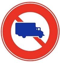 中型貨物自動車の中で以下の標識を通過できない車両の高速自動車国道での最高速度は80km/hであり、通過できる車両の高速自動車国道での最高速度は100km/hですか?