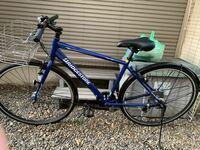 クロスバイクについて質問です。 以前、母の知り合いから通学用のクロスバイクを頂いたのですが私はクロスバイクについては何も知らない初心者なもので乗り方など間違えていたら恥ずかしいと思い質問する事にしました。 質問なのですが、この写真のクロスバイクは通学用には向いている物なのでしょうか。デザインや色などはかっこいい方なのでしょうか。乗る際に気をつける事などはあるのでしょうか。(サドルの高さなど)...