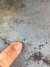 屋上のウレタン防水に 写真のような小さな膨れ?を 四箇所発見しました。  現在8年目ですが、 早期に何かしら対策必要ですか?  5年目のトップコート塗り直しはしておりません。  ウレタン防水は10年もつと思...