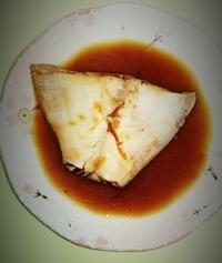 カレイの煮付けを初めて作りましたが(元々切り身だったものを使用)  こんな感じでしょうか よく見るカレイの煮付けとは違うような気がします… 確かカレイの魚の色は赤色で感触はぷにぷにして ました
