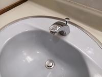 蛇口のグラグラの直し方を教えて下さい。 写真は職場のトイレにある手洗いですが、蛇口の根本がグラグラと動いてしまいます。