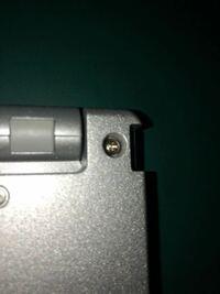 写真のネジが接着剤で固定されているため回りません。ペンチで回そうにもネジが深いところにありペンチが入らないためできないです。パソコンのネジなのでハンマーで叩くわけにもいきません。 何か方法はありませ...