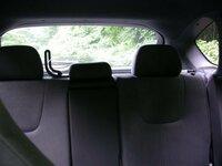 grb型 wrx stiについてです。 後部座席のヘッドレスも辺りに 画像のようなものが付いているのですが 何に使うのでしょうか?