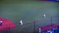 藤浪の送球が逸れてライト(サンズ)がこの一塁駆け抜けたランナーをダッシュで追いかけて、バッターランナー(坂口)もダッシュで一塁に戻ってましたがルール知らないんですか? 大爆笑しちゃいましたwwww