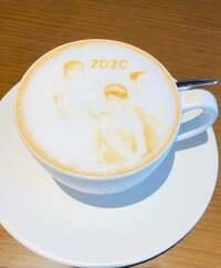 ラテアート コーヒーの泡で絵を描くものを見かけますが、 この写真のような絵は、合成写真ですか?それともラテアートですか?