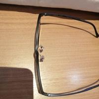 眼鏡のフレームずれについて。眼鏡市場さんで買った眼鏡なんですが上から見るとフレームが曲がってるように感じて気になってます。球眼レンズではないからなのか元からなのか分かりません。1度 ケースに無理やりいれてしまった事があるのでそのせいかもと考えたりしましたが、これは普通の形状なのでしょうか? 付けてる時はまったく違和感はありません。回答よろしくお願いいたします。