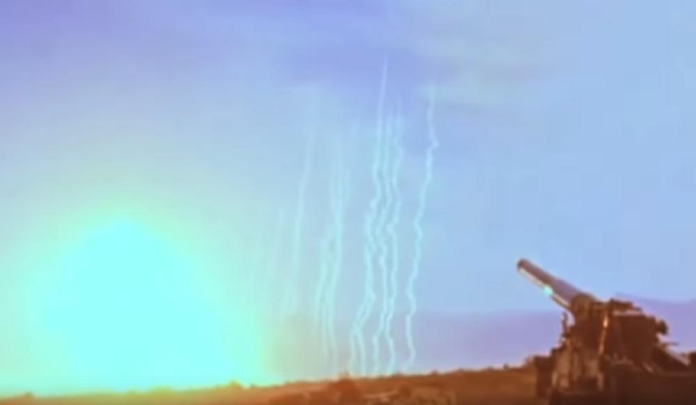 核実験について よく核実験の動画で見かける爆発とは少し離れたところで上がっている数本の細い煙はなん