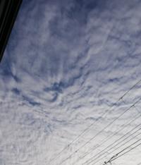 このうねうねした雲なんという名前ですか? 地震雲ですか…?なんかゆがめられたみたいな雲なんですが…