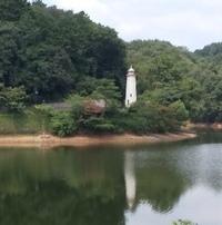千葉県のキャンプ場の近くの川なんですが、白い建物が見えます。 なんと言うキャンプ場かわかりますか?