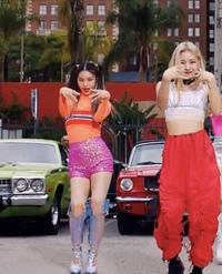 韓国ガールズグループのITZYについてなのですが、添付画像のオレンジ服の二つくくりの女の子はなんという名前の子でしょうか?
