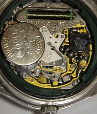 腕時計の分解に詳しい方、教えてください。 このクオーツムーブメントのリューズの抜き方を知ってる方いましたら教えてください。  シチズン クリストロンという大昔のクオーツです。