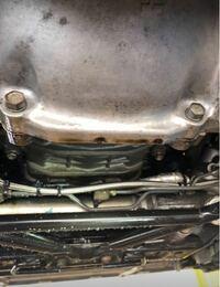 1JZ-GTE(vvt-i)になりますが、以前オイル漏れなんですが、ミッションベルハウジングがオイルで濡れてたので、リアクランクオイルシールを交換しましたが、再発(;ω;)フライホイールエンジン側濡れてた?って整備 士の人に聞かれましたが、濡れてないと答えると、じゃぁ、オイルシールの可能性低いと言われました。ヘッドより下側で漏れてる感じです。   これまでに交換した部品   1️⃣フロントカ...