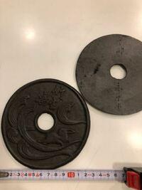 茶道を教えていた叔母の お道具の中から出て来ました 金属で出来ています 表に竹生嶋、裏に丁卯 永泰堂? 何に使うお道具でしょうか どうぞ ご説明宜しくお願い 致します。