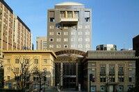 明治大学の学生は日大理工学部に嫉妬してますか? 東京 お茶の水にある 日大理工学部の図書館は とてもゴージャスできれいです。  美術館・芸術館みたいです。  それで 図書も充実してる。
