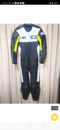 バイクのレーシングスーツ(つなぎ)についてです こちらのレーシングスーツはバイクレースの大会で使えますか? 後ろにモコってなってないのでバイク用ではないのでしょうか?