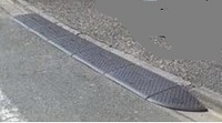 カーポート用樹脂製スロープとブロックを繋ぐ方法を教えてください。ゲリラ豪雨で、カーポートの樹脂製段差解消スロープがご近所まで流れてしまいました。 ご近所では樹脂製のスロープの裏側に針金(捩ってあるワイヤー:名称が分かりません)をカーポートの柱にくくりつけているのですが、私のところはコンクリートの床に上下できる杭を入れているので、カーポートの扉の支柱はなく、つなぎとめるものがありません。そこで...