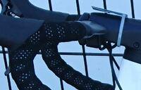 FELTのロードバイクのバーテープについて  FELTのほとんどの自転車に使用されている黒のバーテープのメーカーが分かりません。 しっとりとした黒色に穴が開いており、光を反射します。 気に入っている...