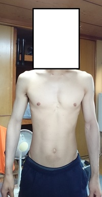 体重が増えず更に摂取カロリーを増やすべきか迷っています。ご教示お願いします。  今年の1月から筋トレを始めた初心者です。34歳、176㎝、現在64kgです。 家庭の体組成計では12-11%%と表示されますがあてにならないとよく言われてますので画像貼っておきます。貧弱な体ですみません。  この8ヶ月で60kg→64kgまで体重が増えたのですが、直近一ヶ月くらいは64kgをはさんで1kg...