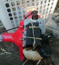 草刈り機のエンジン部分で すが、中央のエアクリーナー のフタが外れ失くなりました。 スポンジをあてがって紐で くくりつけてましたが、何か 代用できないでしょうか? いいアイデアあり ませんか?