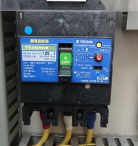 漏電ブレーカーの作動について 添付写真の漏電ブレーカーが働きトリップしていました。 現在、漏電表示を復旧しブレーカーonにする事は可能ですが念のため、絶縁抵抗測定をしたいのですが仕組みについてよくわかりません。  このブレーカーの場合、測定電圧はいくつで 何MΩ異常なら正常でしょうか  よろしくお願いします。