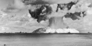 広島型原爆と中国の三峡ダムが崩壊するのと被害はどちらが酷いですか?