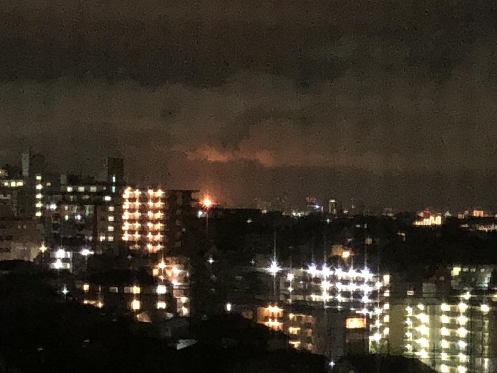 現在2020/8/24/22:45 当方神奈川県川崎市在住です。東京(品川方面)のビル群を小さく望むことができるのですが、いつもはない、オレンジ色に強く発光点滅している現象を見ています。 ビル 群の