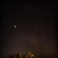 星座について質問です。 今年の8/18に三重県にて撮影したのですが、 1番明るい星はなんという星ですか? また、この星座の名前はなんというのでしょうか?