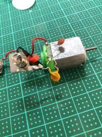 100均の身に扇風機を分解したところモーターに二つのコンデンサー?がついていました。このコンデンサーの役割は一体なんなのでしょうか?