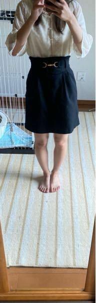 20代前半のものです。 20代になったらもう画像のような服装はおかしいでしょうか? 膝が完全に出るような服は避けた方が良いですか? アドバイスお願いします