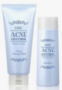 中1女子です。 DHC薬用アクネコントロールフレッシュという化粧水を使っているのですが、この上から他のメーカー(?)の乳液を塗っても大丈夫ですか?