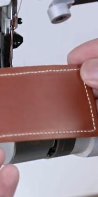総合送り腕ミシンで革を縫った際の縫い仕上がりについです。 縫いの仕上がり(表裏均一きれいに縫えているか)は上糸と下糸のテンションバランスで決まると思っているのですが、機械自体の精度等できれいに縫えない場合があるのでしょうか?  また、画像の縫い目(裏面です)は少しガタガタしていると思いますが、上糸調子が弱い?のでしょうか。機械が悪いがためにこのような縫い目になることがありますか?  知識をお...