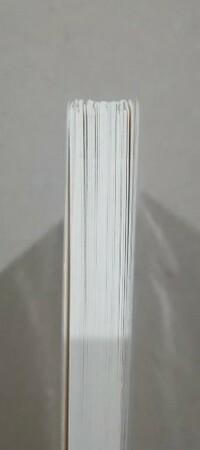 新品で購入した、親書サイズの本のページの高さが 画像の様にバラバラなのですが、これは良くある事なのでしょうか?  交換して貰う事は可能でしょうか?
